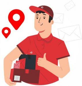 mensajero con camiseta y gorra roja llevando unos paquetes con sobres alrededor